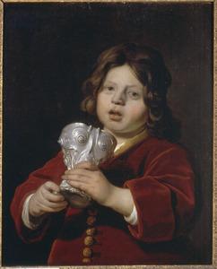 Portret van een jongen met een zilveren beker
