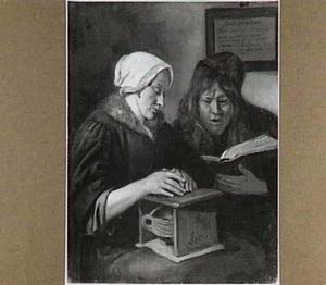 Paar, zich warmend en bijbellezend