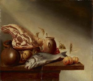 Vruchten, een stuk vlees in een schaal en een dode vis op een tafel