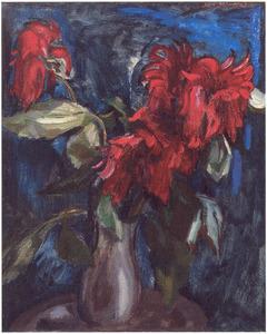 Stilleven met rode bloemen tegen blauw fond