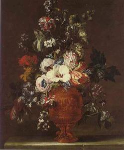 Stilleven van tulpen, anjers en ander bloemen in een versierde vaas op een stenen plint