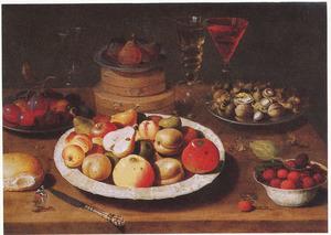 Stilleven met vruchten, spanen dozen, noten en glaswerk