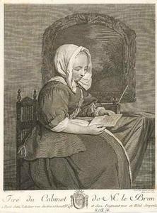 Vrouw die een brief leest
