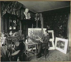 Portret van de kunstenaar Heinrich Martin Krabbé in zijn atelier aan de Bredeweg 40, Watergraafsmeer (Amsterdam)