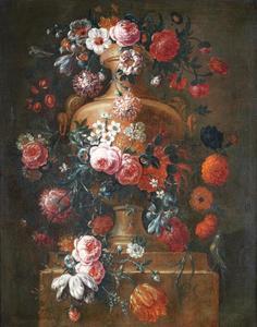 Rozen, tulpen, windes, narcissen en andere bloemen in een vaas op een stenen plint