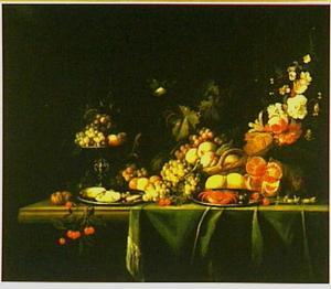Stilleven van vruchten, bloemen en een eekhoorn op een deels gedekte tafel, met een vogel