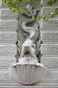 Sculpturale decoraties Aquariumgebouw, o.a.twee dolfijnen