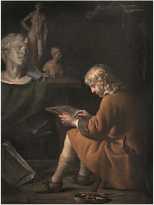 Tekenende jongen voor een tafel met sculptuur