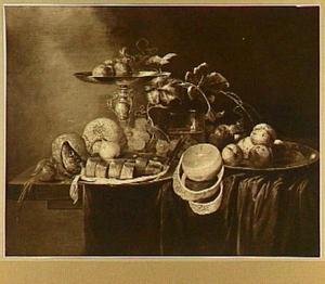 Stilleven met tazza, vruchten en een bord met gesneden haring