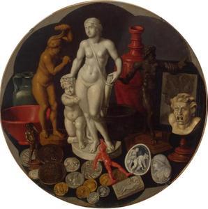 Stilleven van antieke beeldjes en penningen