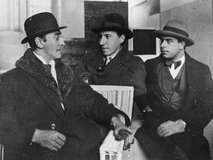 Paul Dermée, Michel Seuphor en Enrico Prampolini in het atelier van Piet Mondriaan