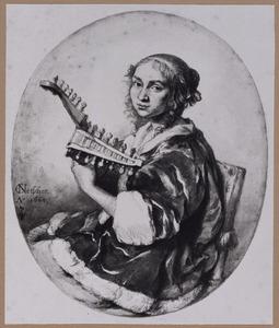 Jonge vrouw spelend op de mandoline