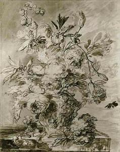 Bloemstilleven in een vaas met oor, versierd met figuren, op een stenen plint