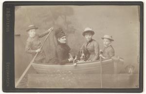 Portret van Willemina Augustina Salverda (1845-1917) en haar kinderen