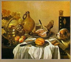 Stilleven met aangesneden ham op tafel met wit servet; rechts een hond met poten op de tafel