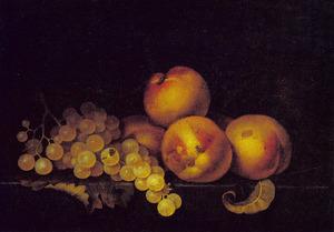 Perziken en druiven op een richel