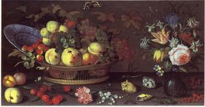 Stilleven met schelpen en insekten, met links vruchten in mand en rechts vaas met bloemen