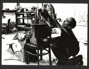 Beeldhouwer Wessel Couzijn in zijn atelier