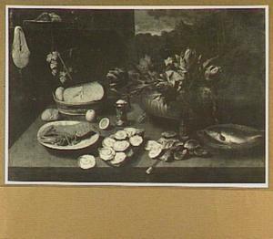 Stilleven van kreeft, oesters, kaas en artisjokken in een koelvat