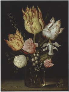 Stilleven van bloemen in een glazen vaas en een rups en een vlinder
