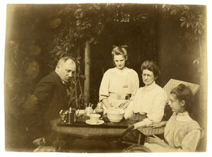 Portret van Johan Gerrit Appeldoorn (1862-1945) en zijn familie