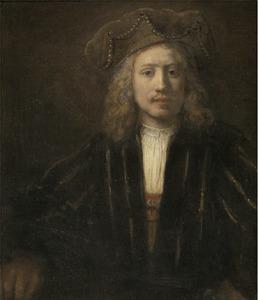 Jonge man met een met parels afgewerkte baret