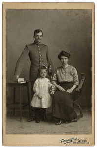 Portret van Willem Karel van Hasselt (1882-1945), Lucie Marianna Francis (1882-1945) en Lucie Marianne Adrienne van Hasselt (1910-?)