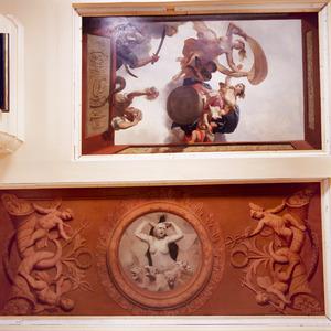 Medaillon met 'wraakgodin' geflankeerd door de symbolen van handel, zeevaart en overvloed