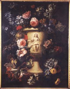 Bloemen rondom een gedecoreerde vaas met een voorstelling van de Piëta