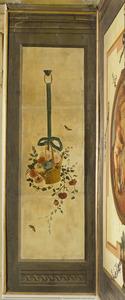 Bloemenmand opgehangen aan een lint.