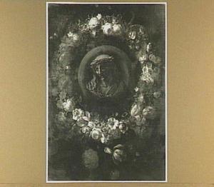 Bloemenkrans rond een medaillon met een voorstelling van de lijdende Christus