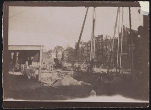 Gezicht op de bouwput van de Beurs van Berlage te Amsterdam