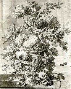 Bloemstilleven in een vaas, versierd met figuren, op een marmeren blad