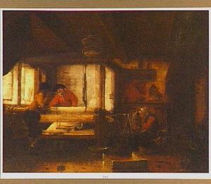 Weverswerkplaats met spinnende vrouw en twee mannen bij het weefgetouw