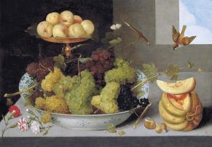 Druiven in een porseleinen schaal met perziken op een verguld tazza, met een meloen, slakkenhuisjes en anjers op een stenen plint met twee vogels, een vlinder en een lieveheersbeestje