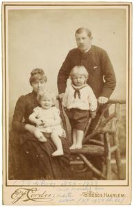 Portret van Chretien Jean Gerard de Booij (1853-1934), Mary Jane Hobson (1859-1923) en hun kinderen