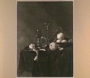 Stilleven met akeleibeker, roemer, porseleinen schaal met citrusvruchten een bord met mes en geschilde citroen