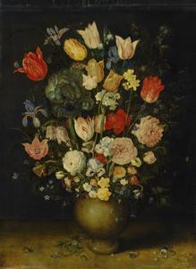 Bloemenstilleven in een steengoed vaas met sieraden en insect op een plint