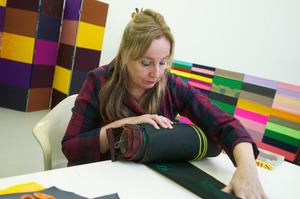 Fransje Killaars werkend in haar atelier