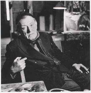 Herbert Fiedler in zijn atelier Galerij 28 aan het Frederiksplein te Amsterdam, ca. 1960