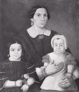 Portret van Charlotte Sophia Schuman (1828-1905) met haar kinderen Anna Frederieke Leukfeldt 1857-1931) en waarschijnlijk Emma Adolphina Leukfeldt (1866-....)