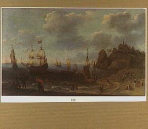 Strandgezicht met visverkoop, op zee diverse schepen
