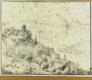 Boomrijk heuvellandschap met kasteel en gezicht op een rivier