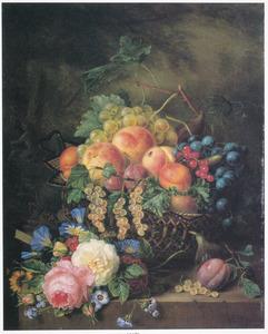 Rieten mand met vruchten en zomerbloemen