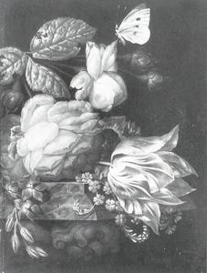 Stilleven met een bloemenboeket op een console van marmer