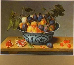 Pruimen en abrikozen in een Wan Li schaal