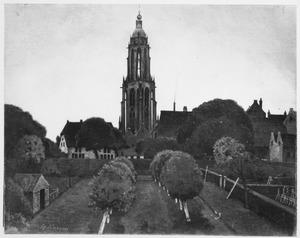 Stadswal en toren van Rhenen bij avond