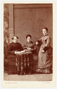 Portret van Antonia Etta Modderman (1822-1884), Johanna Alida Antonia Hartevelt (1859-?) en Frederike Hartevelt (?-1887)