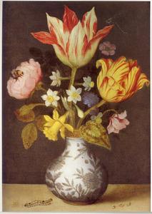 Bloemen in een Wan Li-vaas, met waterdruppels en een rups, op een stenen plint