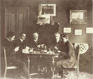 Van links naar rechts: Adam Frequin, Jan P.M. Geenen, Jan Konings (schoonvader van Adam), Jan Verhoef (huisvriend) en Louis Frequin